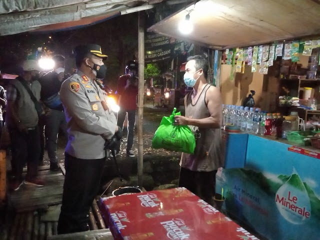 Polres Karawang Bagikan 250 Paket Sembako Kepada Pedagang Kaki Lima.