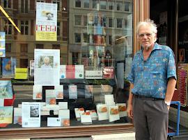 Erasmus Schöfer vor Buchhandlung.