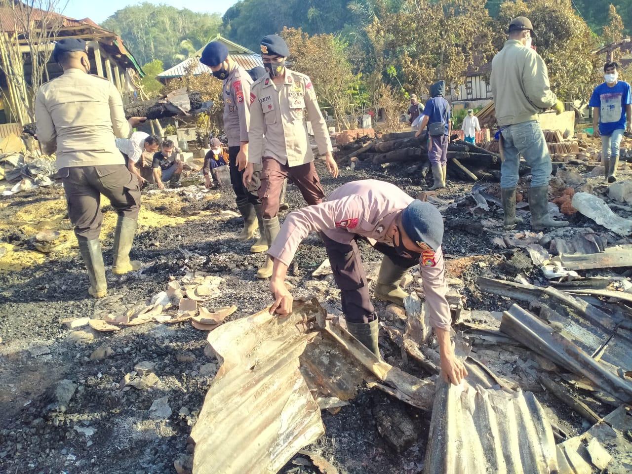 Brimob Polda NTB Bantu Korban Kebakaran Desa Batu Rotok