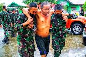 Personel TNI Bantu Korban Banjir di Aceh Besar