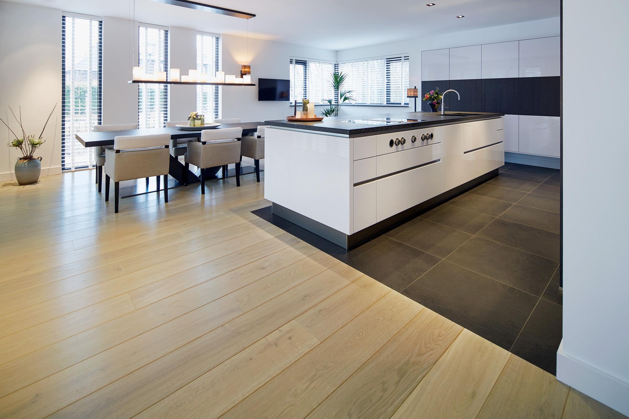Visgraat Vloer Keuken : Eiken vloer keuken moderne ruw eiken houten keukens met wit