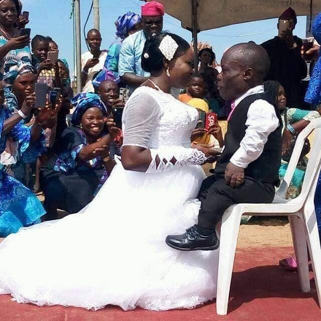 A photo as been going round the internet lately as a woman was kneeling down in front of her husband to be which is a dwarf as they are about to get wedded.