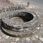 Place du Calvaire : margelle monolithique d'un puits