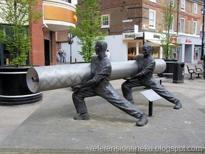 Patung yang dijadikan hiasan kawasan pedestrian