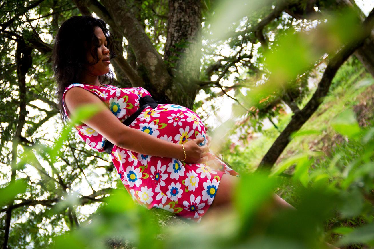 mujer embarazada rodeada de árboles
