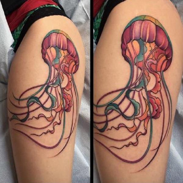 Um bem detalhada água-viva tatuagem no braço. você pode apenas ver como as cores são bem misturadas em conjunto e, ao mesmo tempo, como é feito ordenadamente. Quando você deseja ter um multi colorido água-viva tatuagem que tem todas as cores certas em seu lugar e complementam uns com os outros, então este deve ser o seu objetivo.