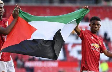Keliling Lapangan, Paul Pogba dan Amad Diallo Kibarkan Bendera Palestina, Fans Tepuk Tangan