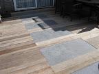 Combinatie van hardhout met natuursteen tegels