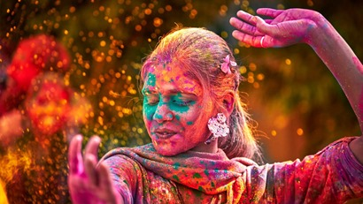 indian-woman-dancing-in-holi-festival-in-india-1600x900