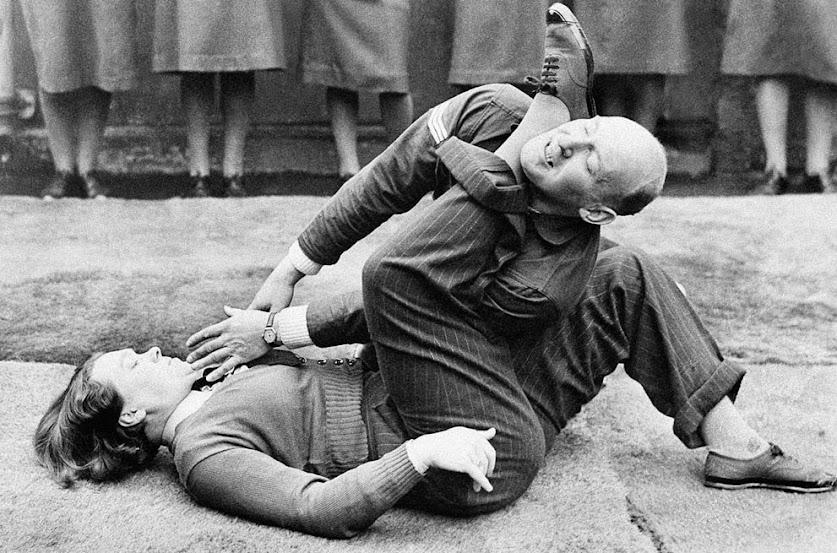 A fotografia reflete parte do treinamento dado às mulheres da Força Aérea Auxiliar Feminina (então órgão auxiliar da Força Aérea Britânica). Fotografia: AP Photo. O registro teria ocorrido em 15 de janeiro de 1942.