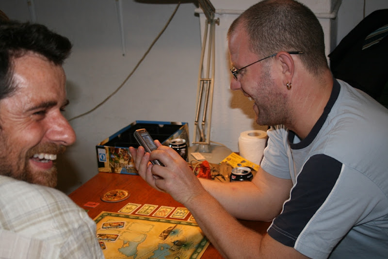 Claude og Ken leger med mobil