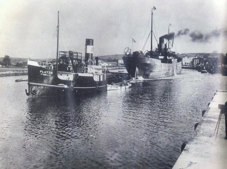 El PLUTON en una foto anterior a la guerra civil. Aviles Ca. 1930. Del libro Portus. Una historia del puerto de Aviles.jpg