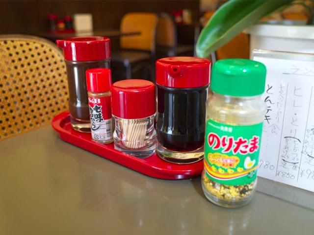 卓上に置かれた調味料類の数々