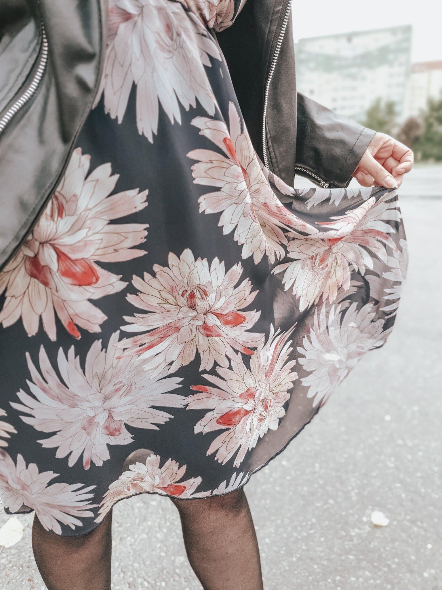 Sukienka szyfonowa rozkloszowana DENISA odcinana czarna w różowe kwiaty