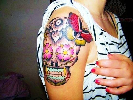 menina_de_açcar_crnio_tatuagem_no_ombro
