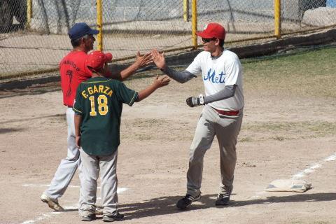 Manuel Salas de La Lozano en el softbol dominical de Bellavista