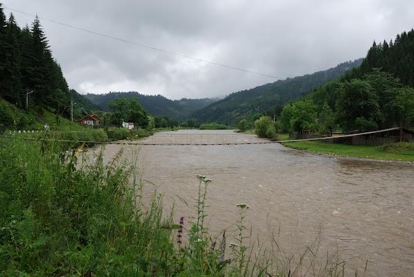 Hängebrücke über die Bistritz in Brosteni
