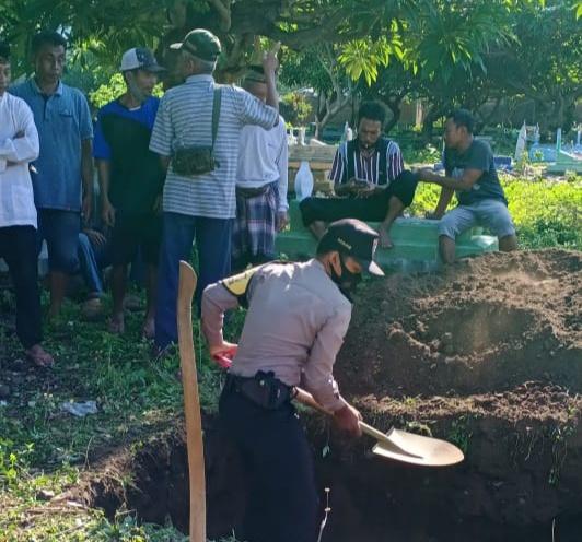 Bhabinkamtibmas Desa Pungka Ikut Gali Kubur Warga Meninggal Yang Terkonfirmasi Covid-19