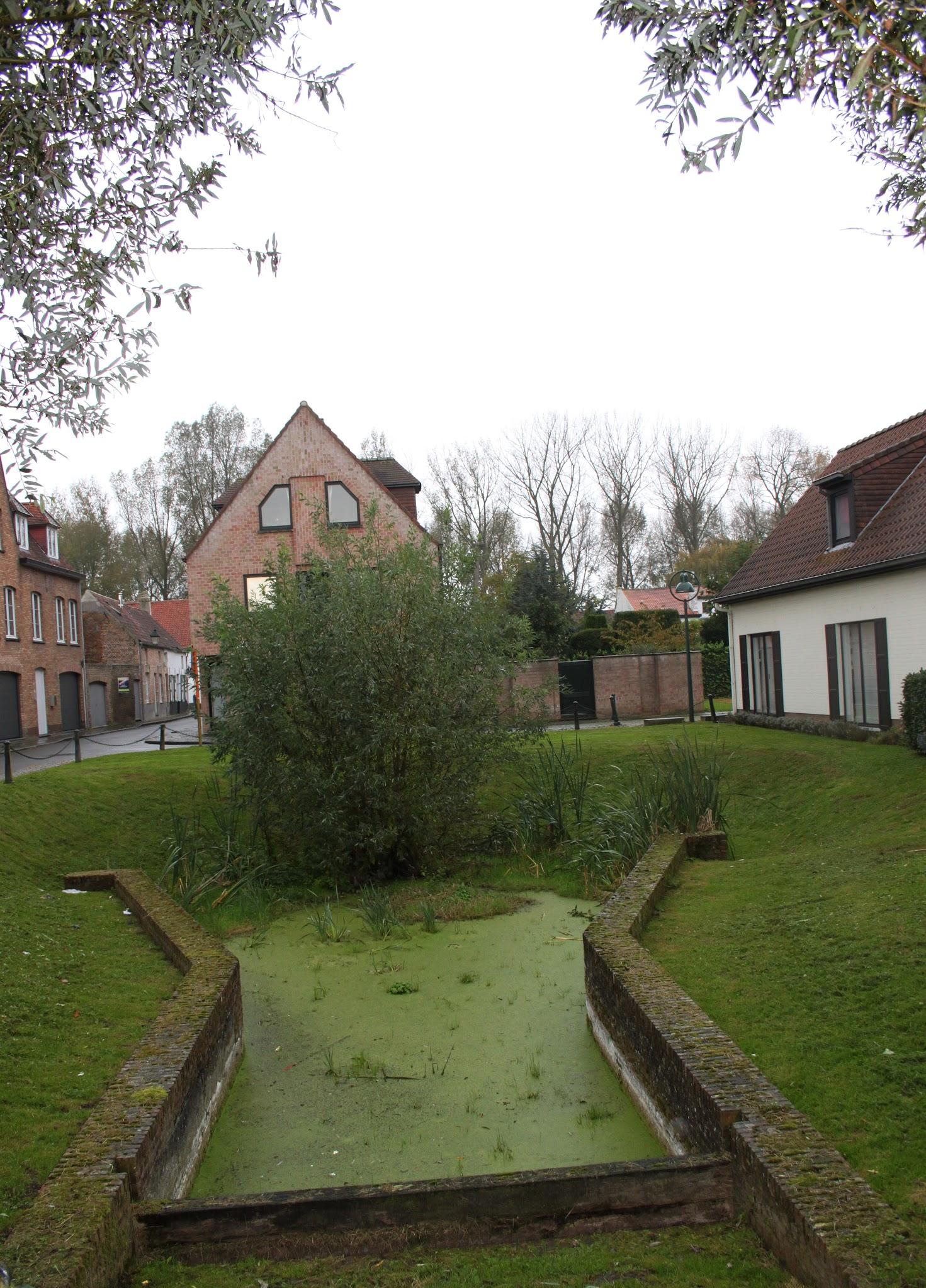 Photo: Bij opgravingen in 1969 legde men een gedeelte van het sas en een stuk kaaimuur bloot van de Lieve, het vroegere kanaal tussen Gent en Damme. Boten mochten max. 4,5 m lang, 2,4 m breed zijn en een diepgang van 90 cm hebben.