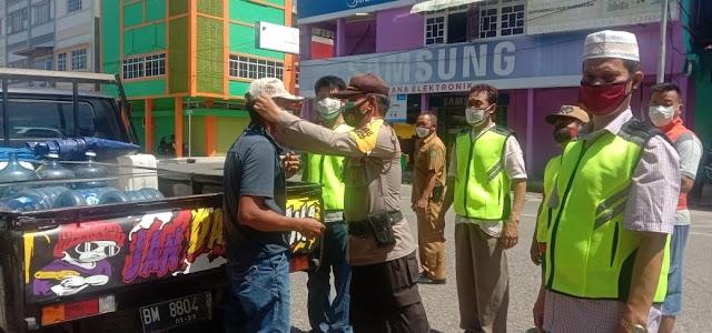 Tak Hanya Beri Himbauan, Relawan Covid-19 Kota Rengat Juga Bagikan Masker