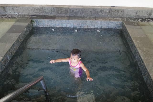 Diana Berenang di Jacuzzi Hotel Bintang 5