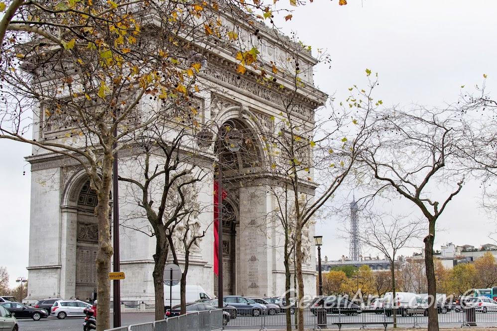 Arc de Triomphe ve arkada Eiffel kulesi (gündüz), Paris