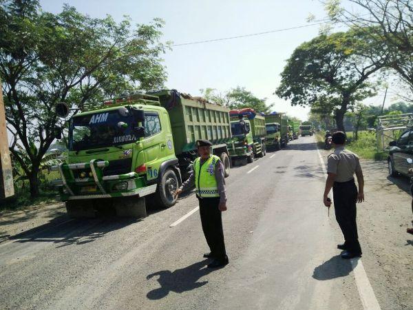 Dilintasi dump truck pemmbanguan tol Ngawi- Kertosono, warga pasang portal jalan