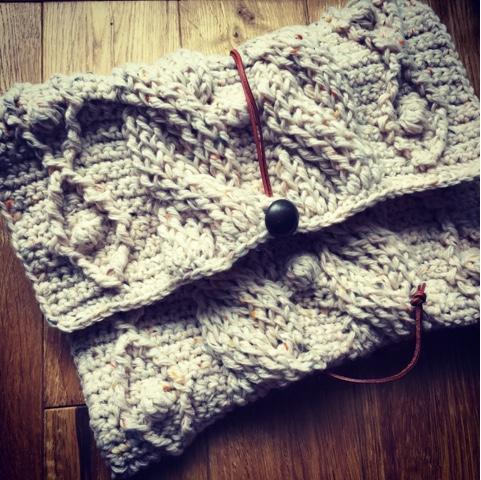 かぎ針編みのアラン模様のクラッチバッグ