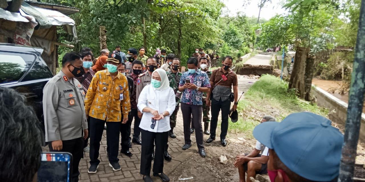 Danramil Dander Dampingi Bupati Bojonegoro Tinjau Titik Lokasi Banjir Desa Jatiblimbing