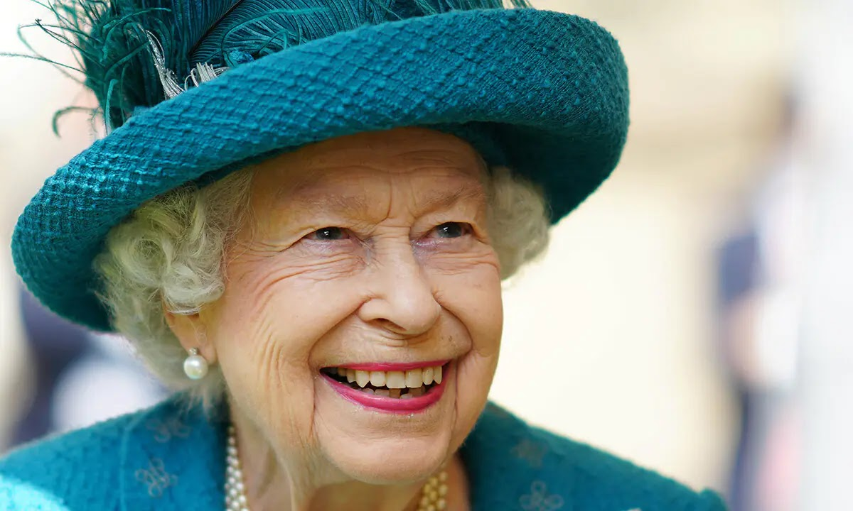 The Queen brings special Friend on Coronation Street Set Visit - Guess who?
