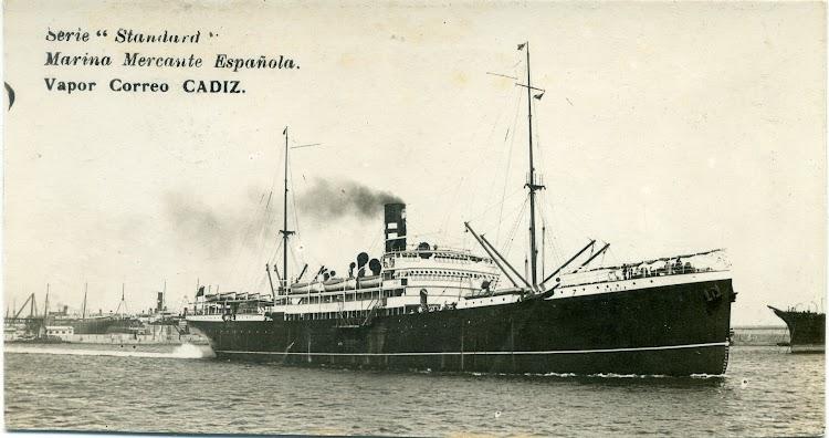 El CADIZ saliendo de Barcelona. Observese las curiosas aberturas de los cristales del puente y salones del buque. Colección Jaume Cifre Sanchez.jpg