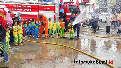 Praktek Padamkan Api oleh Damkar Cibadak //Foto : Isep Panji