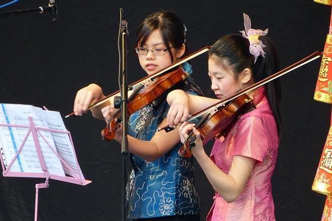 Китайский Новый Год. Девочки-скрипачки.
