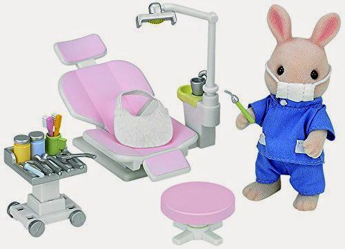 Bộ đồ nha sĩ Sylvanian Country Dentist Set đi kèm một bác sĩ nha khoa rất thân thiện