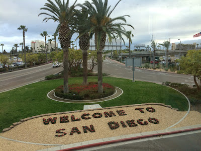 """Welcome to San Diego"" skrevet på bakken."