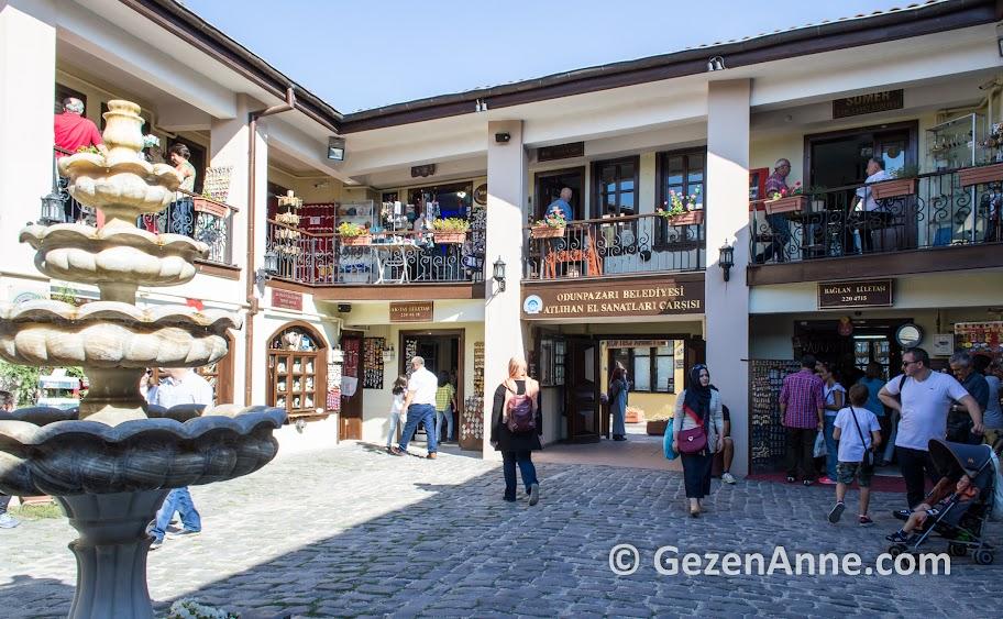 Atlıhan el sanatları çarşısında lületaşından eserler ve takılar satılıyor, Odunpazarı Eskişehir