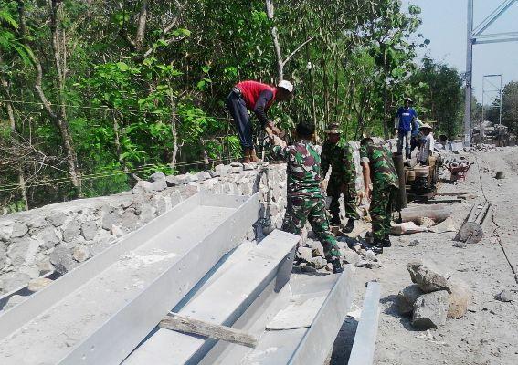 Anggota Kodim Ngawi Bangun Jembatan di Desa Gendingan