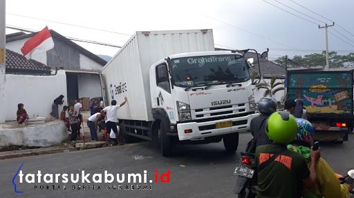Ruas Jalan Sukabumi - Cibadak Macet Total, Truk Amblas Masuk Saluran Air dan Melintang Tutup Sebagian Jalan