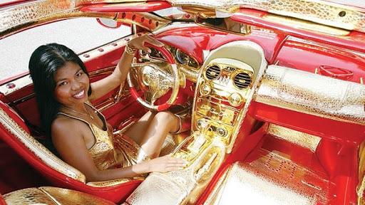 SEORANG model bergaya dalam kereta Red Gold Dream SLR yang dihiasi emas dan batu delima