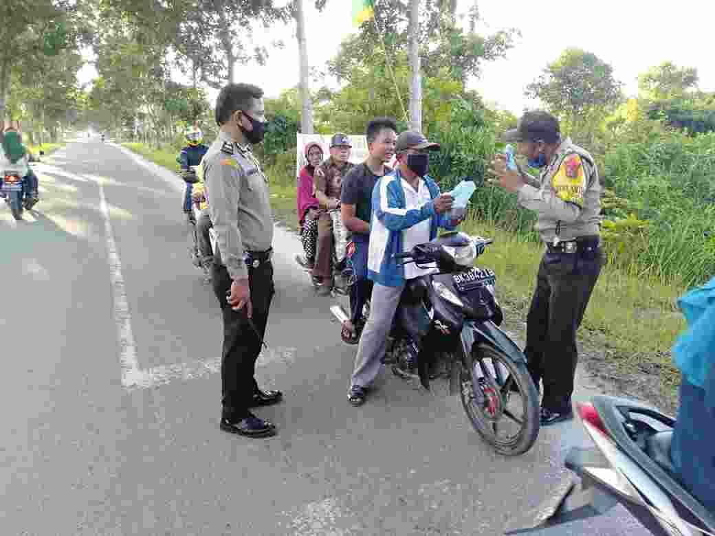 Kegiatan Rutin Polsek Tanjungbalai Selatan, Bagi bagi Ta'jil Kepada Masyarakat Terdampak Covid-19, Dan Penguna Jalan Lainnya