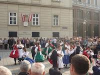 A Boróka Néptánccsoport lép fel a Dóm téren.JPG