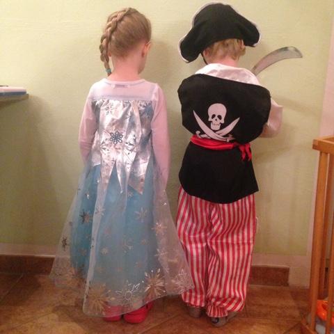 Kinder verkleidet als Eiskönigin Elsa und Pirat