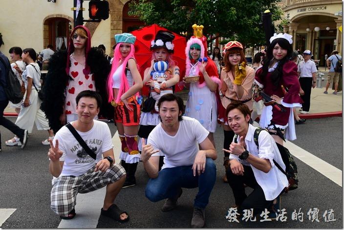 日本大阪-環球影城。海賊王造型的Cosplay出場引起很多遊客的注意與合影。