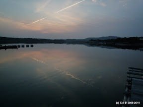 おまけの写真。一筋の飛行機雲が鏡のような海面に反射しさざないでました。