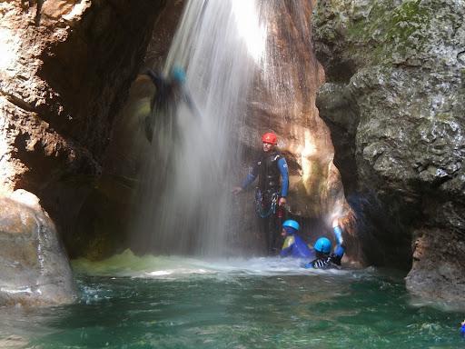 Saut a travers une cascade, canyon des Ecouges
