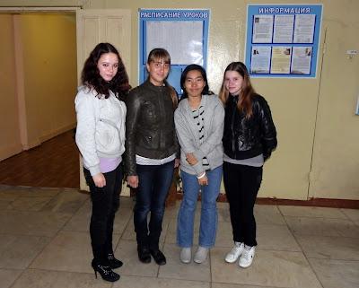 Нэт (третья слева) с одноклассницами из 11к класса СОШ № 5.