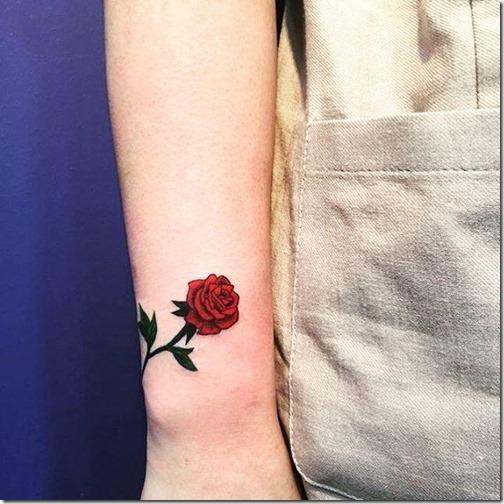 tatuajes_de_rosas_roja_y_vibrante_en_el_brazo