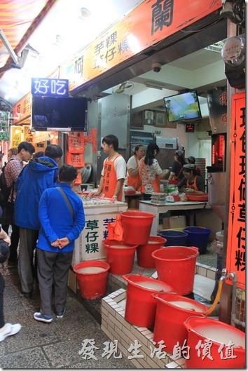 九份老街-阿蘭草仔粿。趁一大早上剛開市還沒什麼人排隊,買一個來試看看,外皮Q彈有嚼勁,內裡的蘿蔔絲略帶脆度,鹹度適中,當點心真的非常適合。