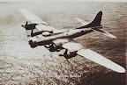 Robert L Miller en zijn B-17 laag boven de Noordzee tijdens operation Chowhound, de geallieerde voedseldroppingen in Nederland in Mei 1945.
