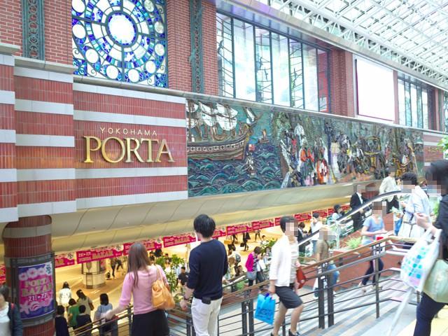 横浜駅東口側、横浜ポルタへ下る階段